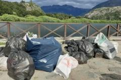 le tas de déchets  ( principalement du plastique)