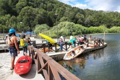 on met les kayaks et canoes à l'eau pour le nettoyage