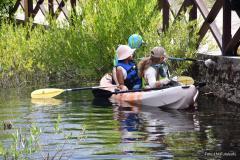 un canoe en action de nettoyage